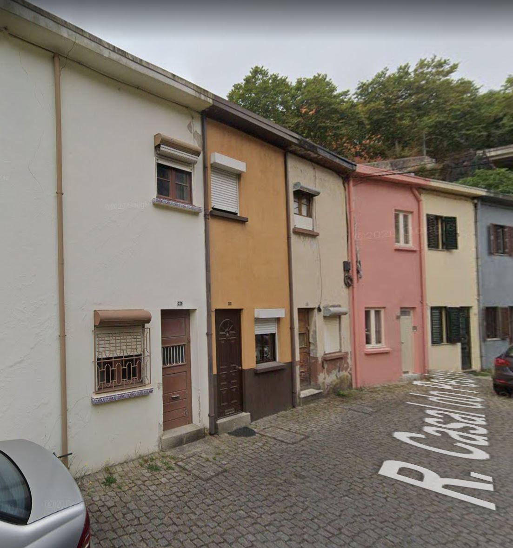 Moradia V2 de 2 pisos remodelada, no Porto