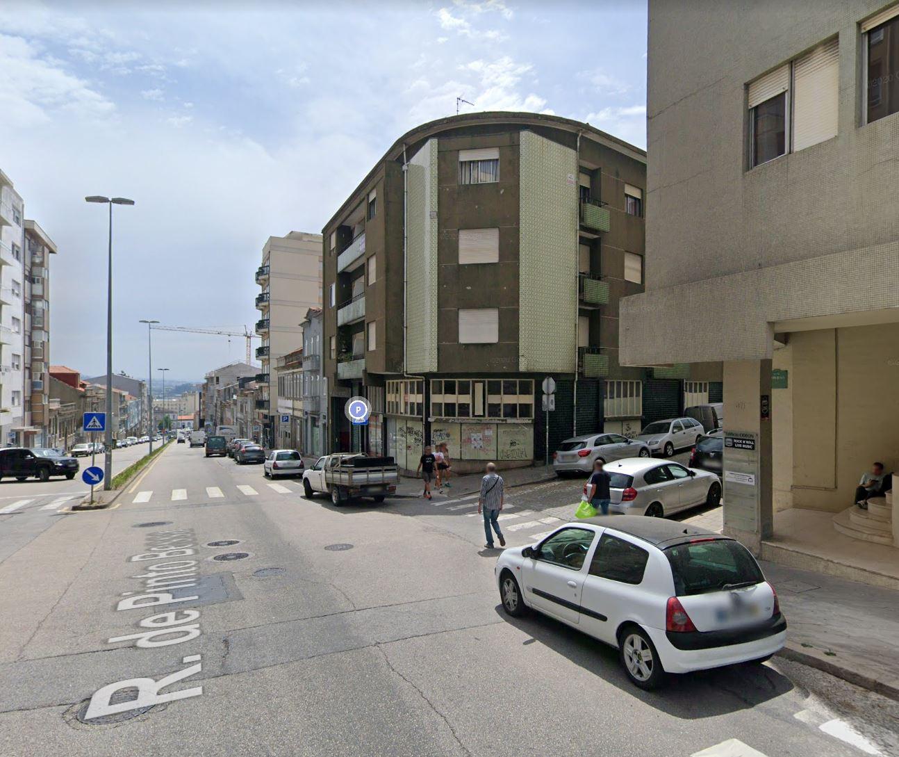 Apartamento T4 para remodelação na Rua Pinto Bessa, Campanhã