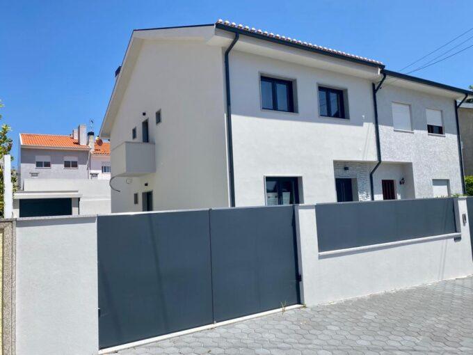 Moradia V3 de 3 frentes completamente remodelada em Vila Nova de Gaia